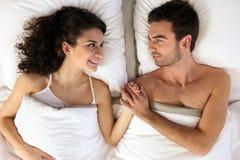Mains de fixation de couples dans le bâti Image stock