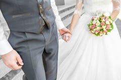 Mains de fixation de couples de mariage Photographie stock