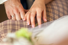 Mains de fixation de couples de mariage Image libre de droits