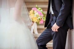 Mains de fixation de couples de mariage Photographie stock libre de droits