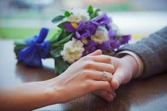 Mains de fixation de couples de mariage Photo stock