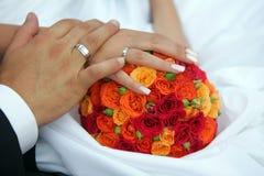 Mains de fixation de couples de nouveaux mariés image stock