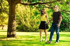 Mains de fixation de couples en stationnement Photographie stock libre de droits