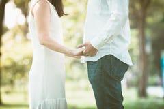 Mains de fixation de couples en stationnement Image stock