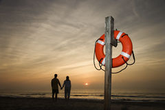 Mains de fixation de couples sur la plage images stock