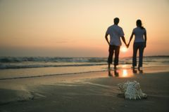 Mains de fixation de couples sur la plage. Images libres de droits