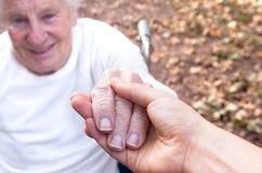 Mains de fixation de femme aîné et jeune Photographie stock