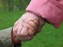 Mains de fixation de fils et de grand-mère Photographie stock libre de droits