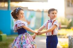 Mains de fixation de garçon et de fille Valentine& x27 ; jour de s Histoire d'amour Photo stock