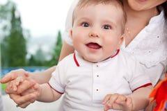 Mains de fixation de mère et d'enfant photo stock