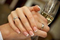 Mains de fixation de marié de mariée Image libre de droits