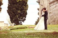 Mains de fixation de mariée et de marié Images libres de droits