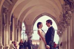 Mains de fixation de mariée et de marié Photos stock