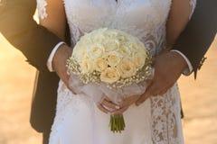 Mains de fixation de mariée et de marié Image stock