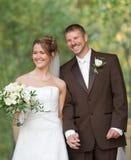 Mains de fixation de mariée et de marié image libre de droits