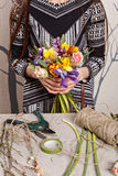 Mains de fleuriste faisant le bouquet jaillir fleurs photos stock