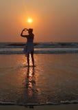 Mains de forme d'amour à la plage Images stock