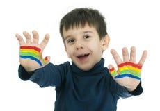 Mains de garçon peintes avec la peinture colorée Images stock