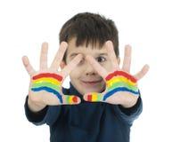 Mains de garçon peintes avec la peinture colorée Photos libres de droits