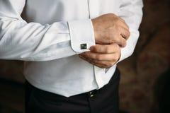 Mains de Gentlemans avec des boutons de manchette Concept de robe d'affaires Photographie stock