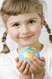 mains de globe d'enfant Photos stock