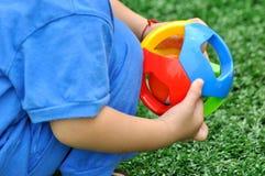 Mains de gosse et de jouet photographie stock libre de droits
