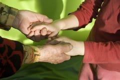 Mains de grand-mère et d'enfant Images libres de droits