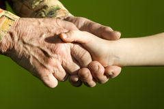 Mains de grand-mère et d'enfant Photographie stock