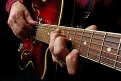 Mains de guitariste et haut étroit de guitare Jeu de la guitare électrique Jouez la guitare Image libre de droits