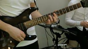 Mains de guitariste de musical ou de groupe de rock, qui jouent la guitare électrique banque de vidéos