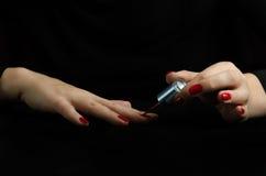 Mains de jeune femme faisant la manucure Image stock