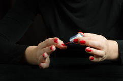 Mains de jeune femme faisant la manucure Photo libre de droits