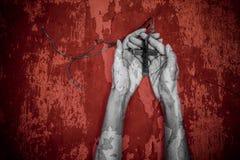 Mains de jeune femme de prière sur un fond grunge Photo libre de droits