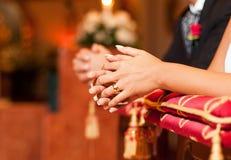 Mains de jeune mariée Images stock