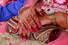 Mains de jeune mariée Photos libres de droits