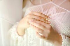 Mains de jeune mariée avec l'anneau Photo libre de droits