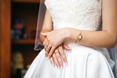 Mains de jeune mariée avec les anneaux et la montre Photo libre de droits