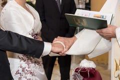 Mains de jeune mariée et de jeune marié Images libres de droits