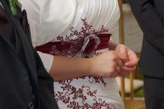 Mains de jeune mariée et de jeune marié Photographie stock