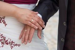 Mains de jeune mariée et de jeune marié Photo libre de droits