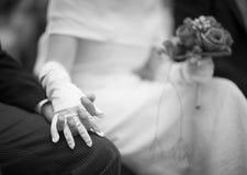 Mains de jeune mariée et de jeune marié dans la cérémonie de mariage de mariage Image stock