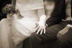 Mains de jeune mariée et de jeune marié dans la cérémonie de mariage de mariage Images stock
