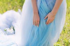 Mains de jeunes mariées avec la bague de fiançailles Thème romantique de mariage Image libre de droits