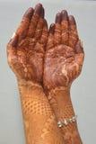 Mains de jeunes mariées avec le henné Image stock
