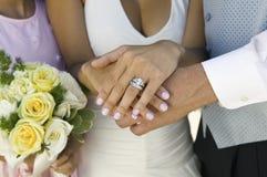 Mains de jeunes mariées et anneau de mariage (plan rapproché) Image libre de droits