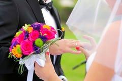 Mains de jeunes mariés Photographie stock