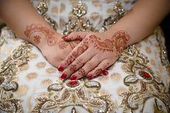 Mains de jeunes mariées Photo libre de droits
