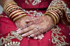 Mains de jeunes mariées Photos libres de droits