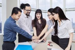 Mains de jointure d'équipe d'affaires dans la salle de réunion Photos stock