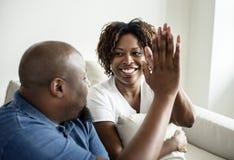 Mains de jointure d'un couple noir gai Photos stock